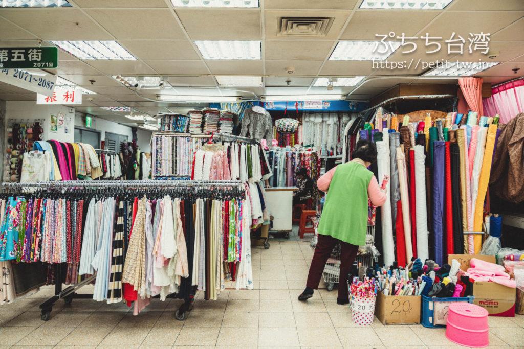 台北の永楽市場の布市場の問屋の外観