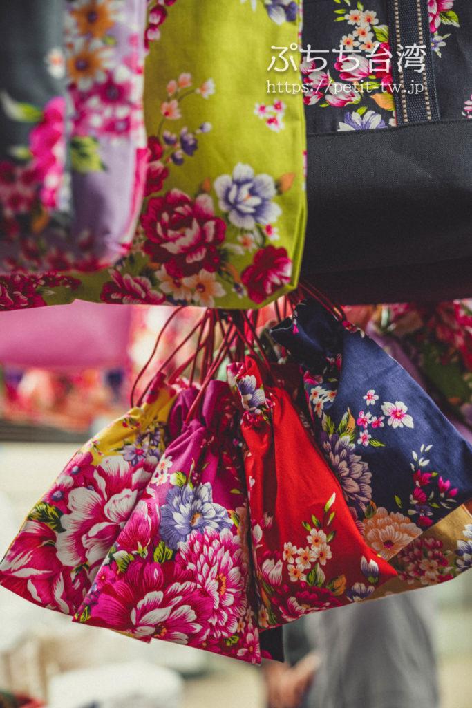 台北の永楽市場の布市場の問屋、聖欣布行の客家花布の巾着袋