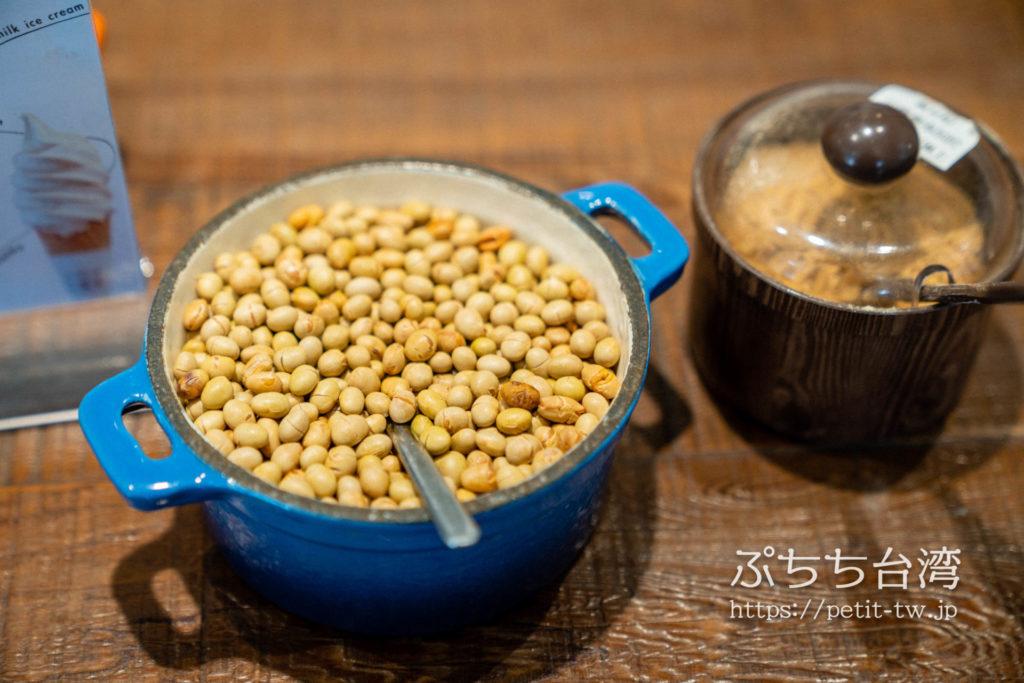 二吉軒豆漿の店内のトッピング用の豆