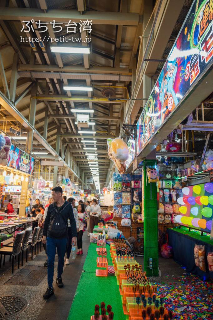 士林夜市の士林市場の屋台とゲーム