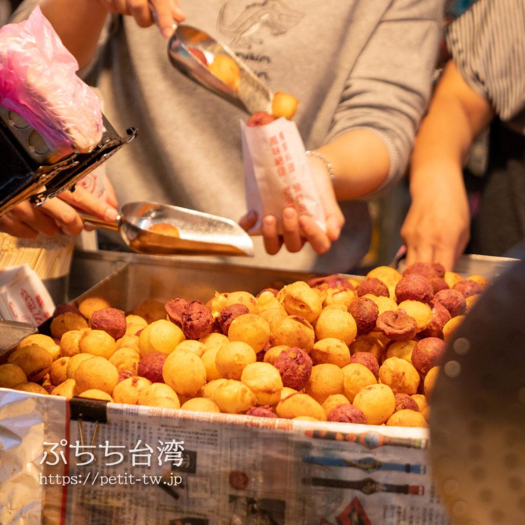 台南武聖夜市のサツマイモボールの屋台