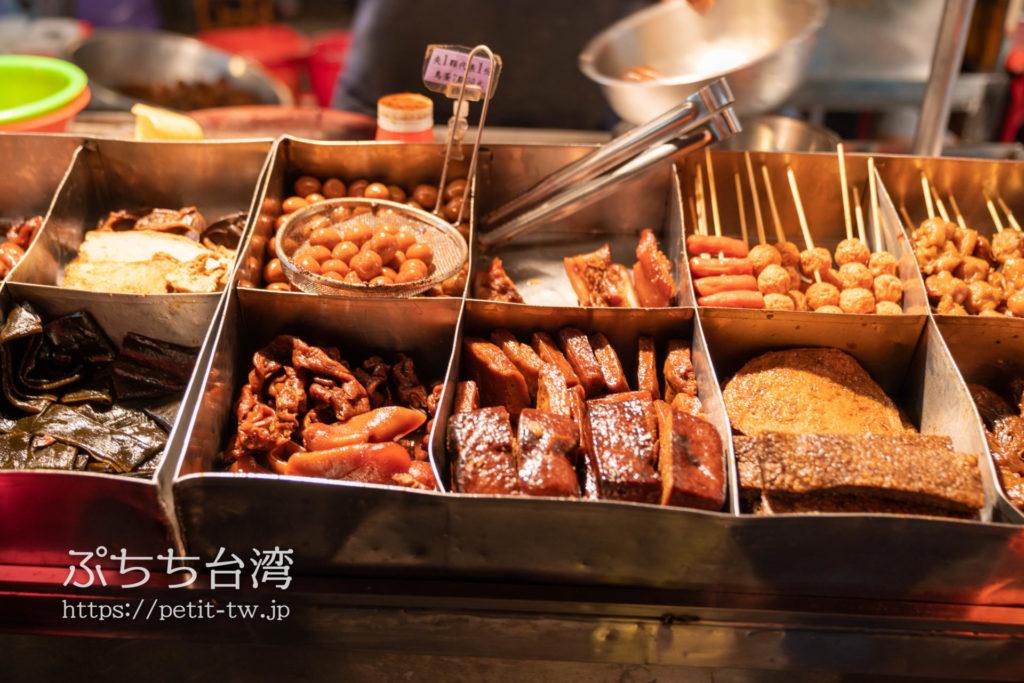 台南武聖夜市の鴨頭の屋台の滷味(ルーウェイ)