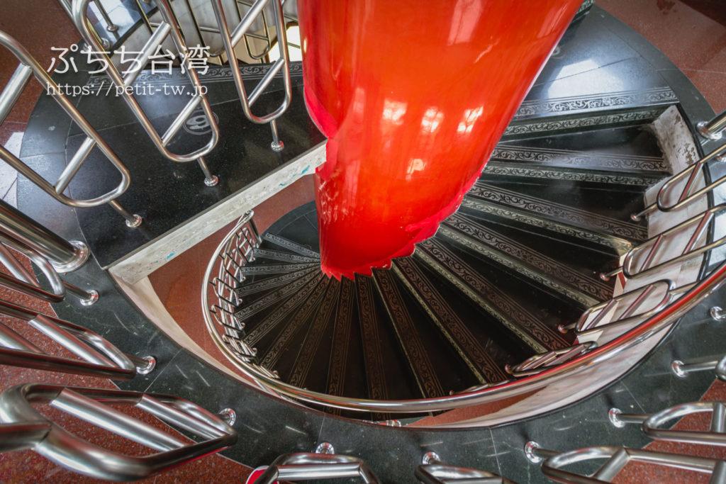 台湾高雄の蓮池潭の龍虎塔の階段