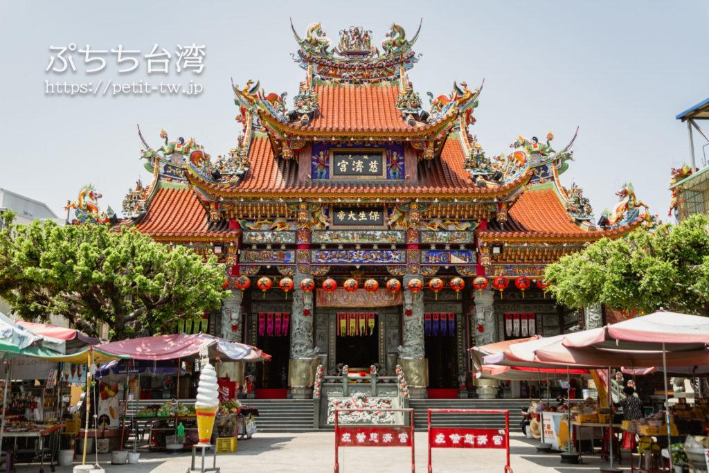 台湾高雄の蓮池潭の左営慈済宮
