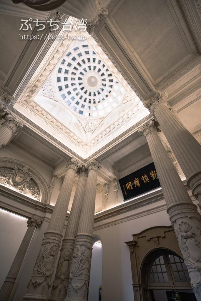国定古跡台南地方法院(旧台南地方法院)のエントランスロビー、天井、天窓