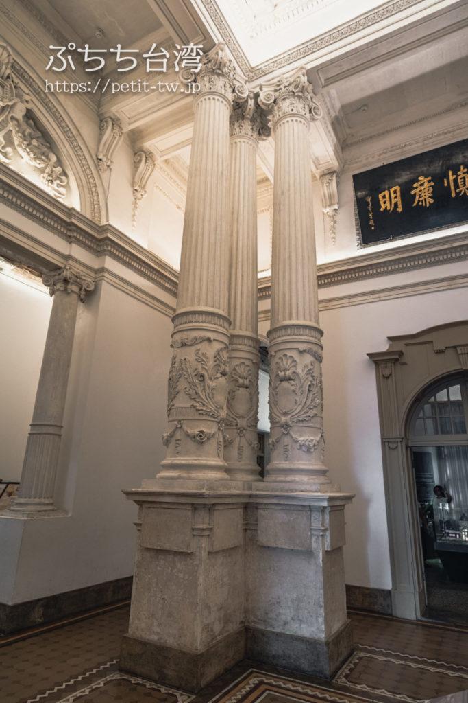国定古跡台南地方法院(旧台南地方法院)のエントランスロビーの円柱