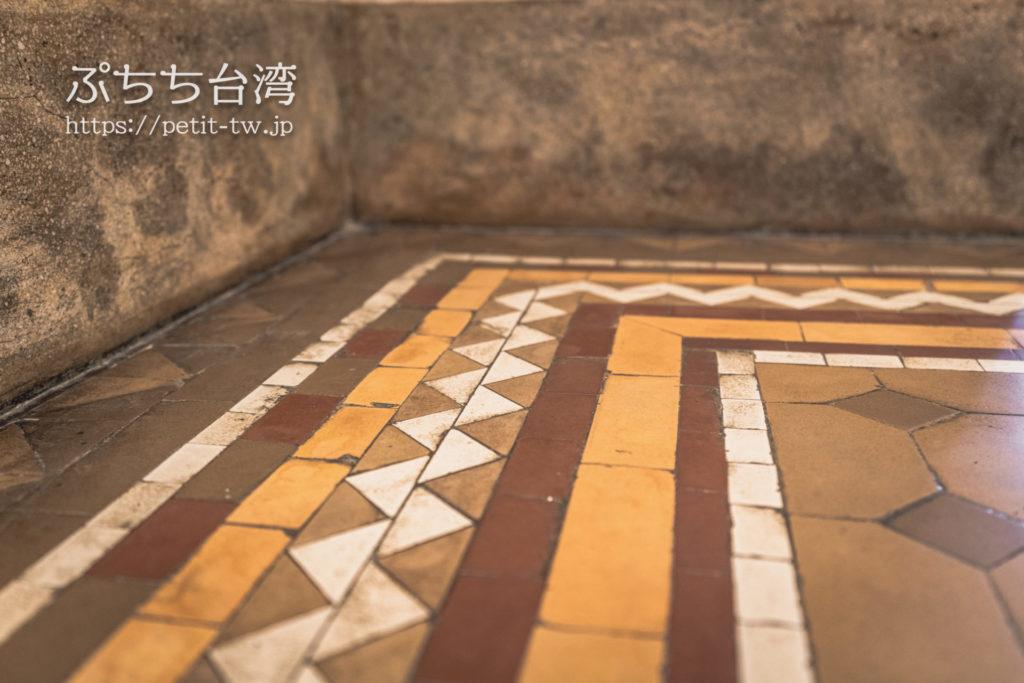 国定古跡台南地方法院(旧台南地方法院)のエントランスロビー内のモザイクタイル