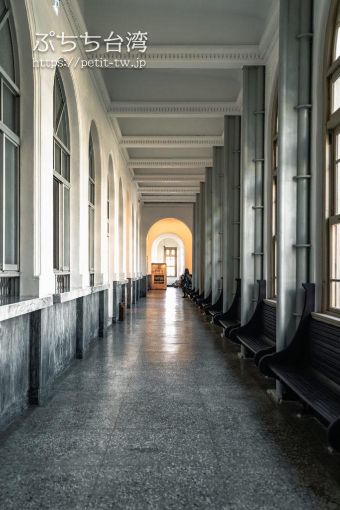 国定古跡台南地方法院(旧台南地方法院)の館内の内廊下